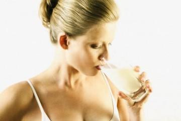 donna bicchiere di latte