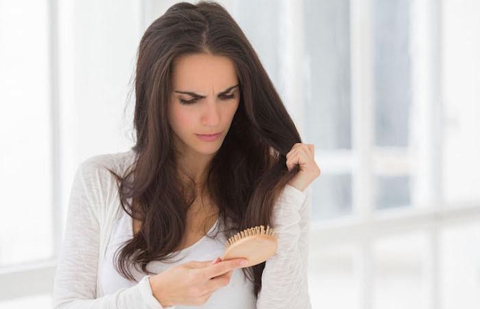 Perché le donne perdono i capelli a tutte le età. 10 motivi - Donne ... 9f784c214b51