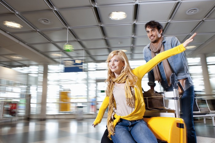 Viaggiare coppia aeroporto