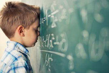 bambino scuola lavagna