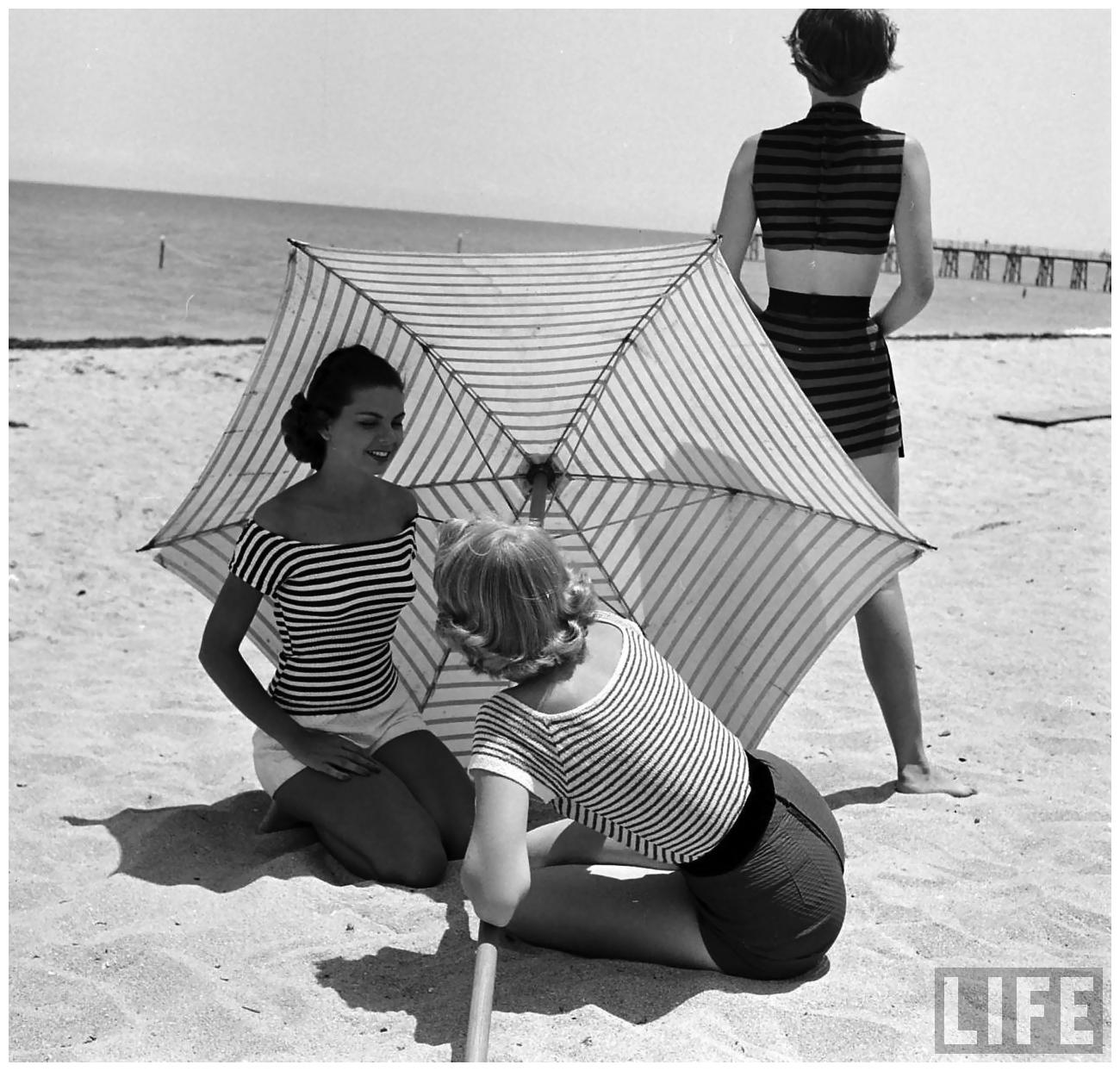 fashion-models-on-beach-nina-leen-1950-6