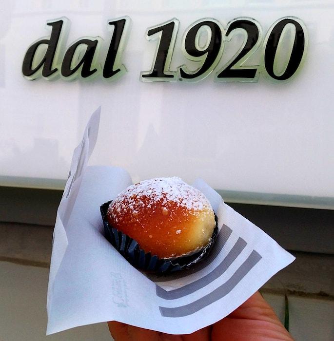 Napoli-Street-Food_Brioche-fiocco_Poppella-