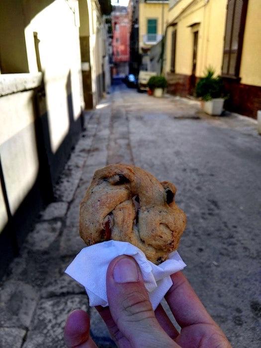 Napoli-Street-Food_tarallo-sugna-e-pepe